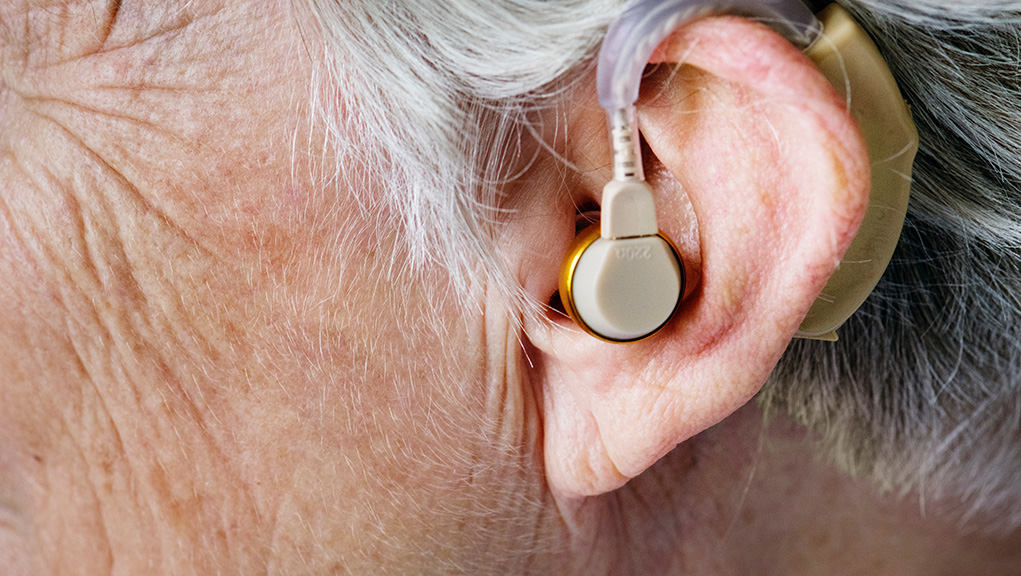 Ξαφνική μόνιμη βλάβη στην ακοής μπορεί να προκαλέσει η Covid-19