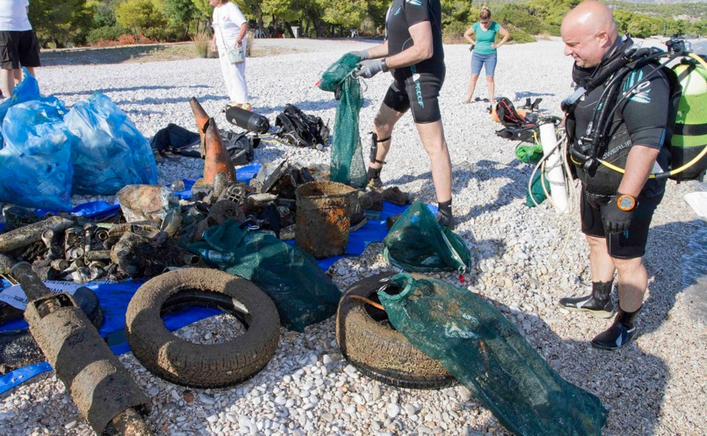 Mάζεψαν 195 κιλά σκουπίδια από την παραλία Πευκάκια Αγ. Θεοδώρων