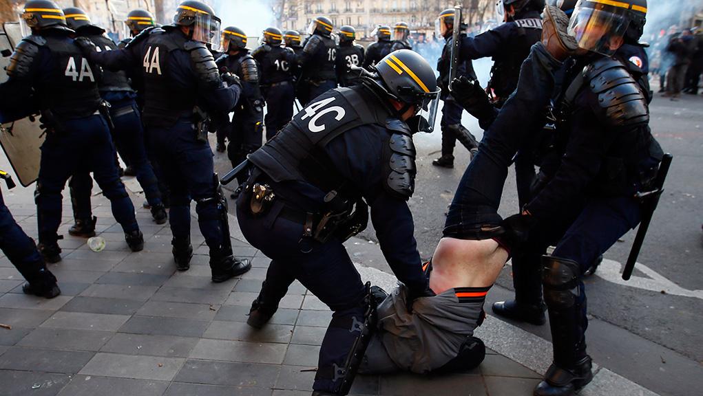 Ευρωπαϊκό Κοινοβούλιο: Να λογοδοτεί και να ελέγχεται η αστυνομία για υπερβολική χρήση βίας