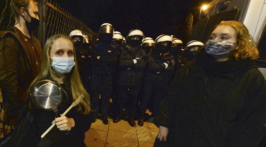 Πολωνία: Μαζικές διαδηλώσεις κατά της απαγόρευσης των αμβλώσεων