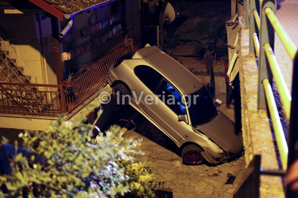 Βέροια: Αυτοκίνητο προσγειώθηκε σε αυλή σπιτιού – Άγιο είχε ο οδηγός