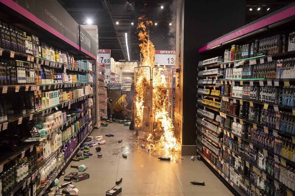 Βραζιλία: Ξυλοδαρμός μέχρι θανάτου σε σούπερ μάρκετ άναψε φωτιές (pics)