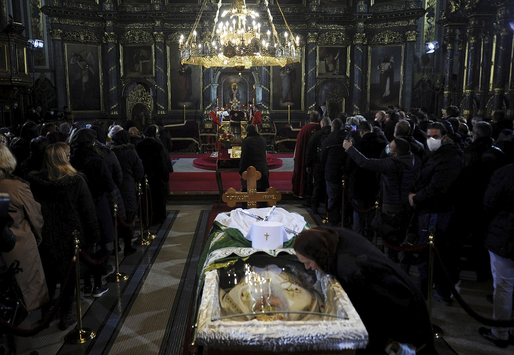 Λαϊκό προσκύνημα εν μέσω πανδημίας για τον εκλιπόντα από κορονοϊό Πατριάρχη