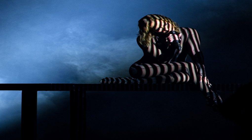 American Music Awards 2020: Έκλεψε την παράσταση με την εκκεντρική εμφάνιση της η Τζένιφερ Λόπεζ