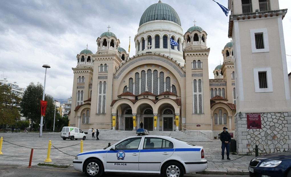 Σε επιφυλακή οι αρχές στην Πάτρα – Κεκλεισμένων των θυρών η λειτουργία (video)
