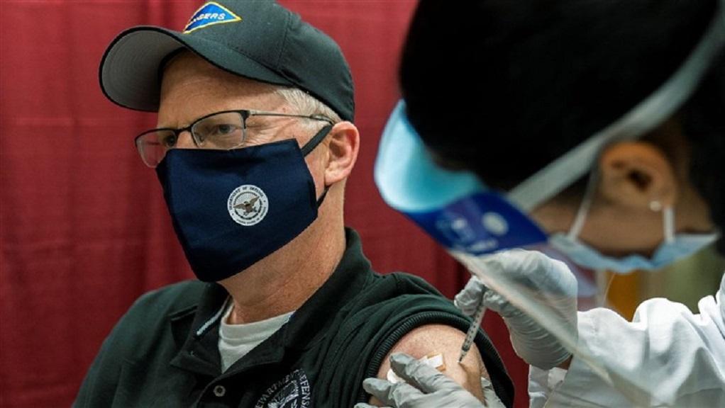 Εμβολιάστηκε μπροστά στην κάμερα ο Αμερικανός υπουργός Άμυνας