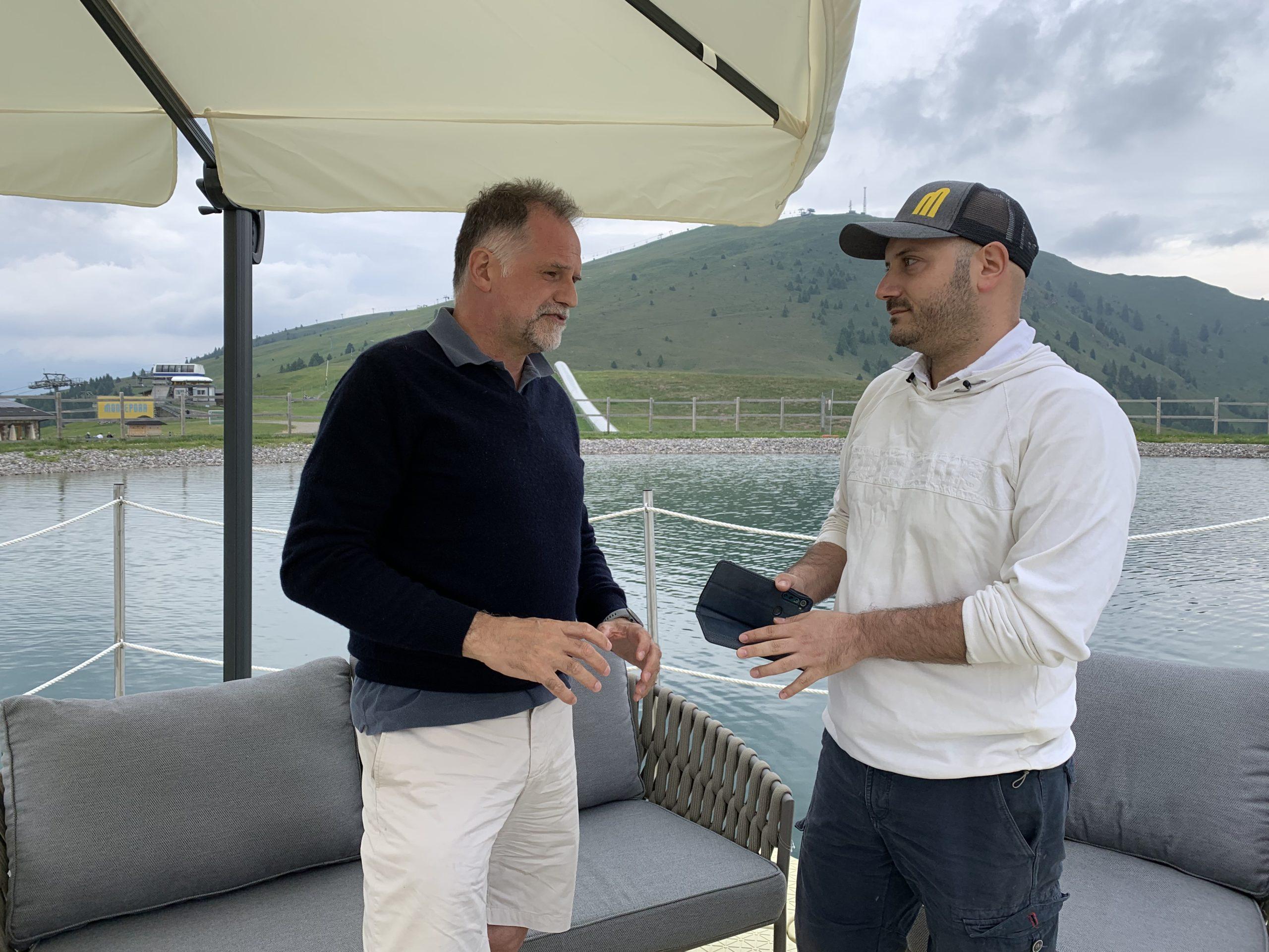 Ο Ιταλός Υπουργός Τουρισμού Massimo Garavaglia (αριστερά) με τον ανταποκριτή της ΕΡΤ, Κρίστιαν Μαυρής (δεξιά) στην τεχνητή λίμνη του Monte Pora (φωτό: Andrea Affaticati)